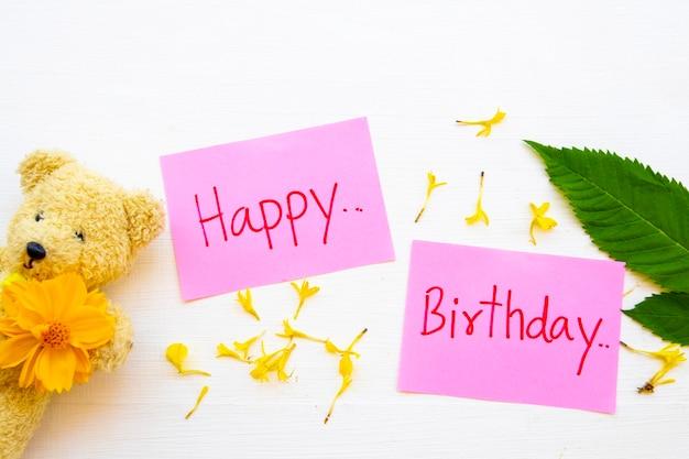 Cartão de mensagem de feliz aniversário com ursinho de pelúcia