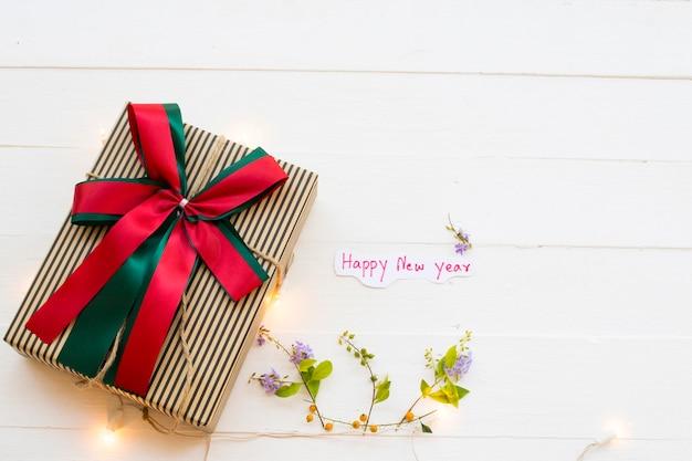 Cartão de mensagem de feliz ano novo manuscrito com caixa