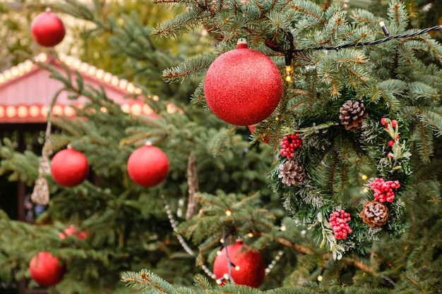 Cartão de natal. close de bolas e guirlandas vermelhas de ano novo