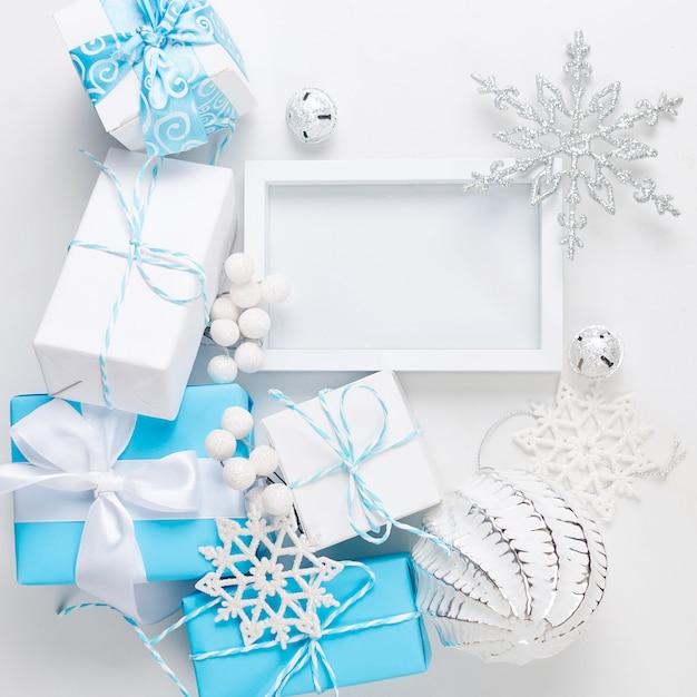 Cartão de natal com belas decorações azuis e brancas