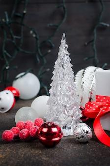 Cartão de natal com belas decorações de vermelhas e brancas