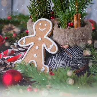 Cartão de natal com biscoitos homem-biscoito, decoração de férias e pinheiro.
