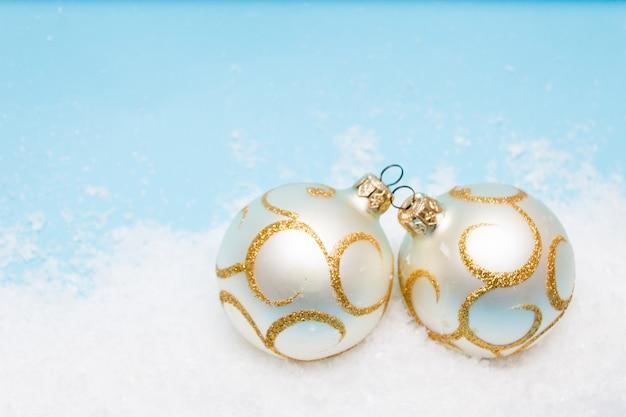Cartão de natal com bolas para a árvore de natal na neve, copyspace