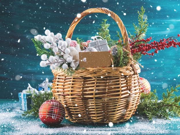 Cartão de natal com cesta e decoração