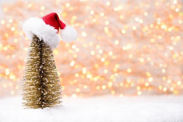 Cartão de natal com decorações de natal douradas