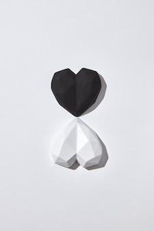 Cartão de natal com dois corações de gesso branco e preto