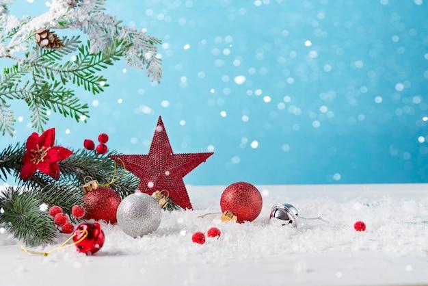 Cartão de natal com estrela de natal decorada e bolas em fundo claro. conceito festivo de inverno.
