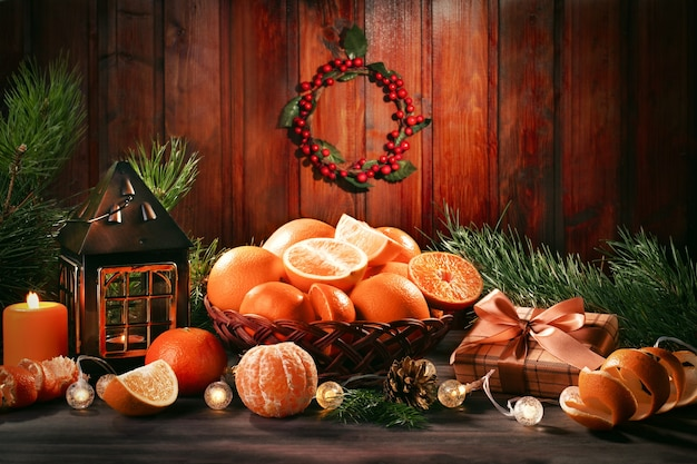 Cartão de natal com galhos de árvore do abeto, fitas vermelhas e decorações, enfeites de madeira, confetes. copiar espaço, vista superior