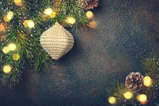 Cartão de natal com galhos de pinheiro natural e brinquedos.