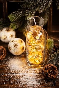 Cartão de natal com luz e árvore de natal, foco seletivo