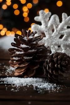 Cartão de natal com neve e bolas, foco seletivo