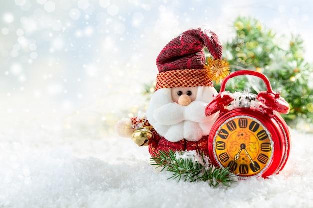 Cartão de natal com papai noel e despertador vermelho na neve