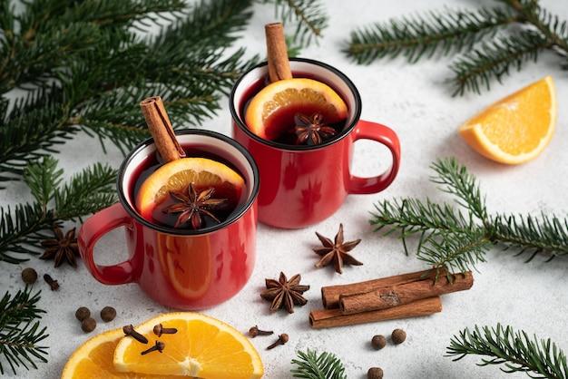 Cartão de natal com quentão em taças vermelhas