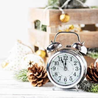 Cartão de natal com relógio e enfeite de natal, foco seletivo e imagem quadrada