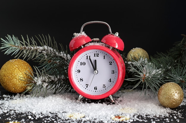 Cartão de natal com relógio perto da árvore de natal e brinquedos