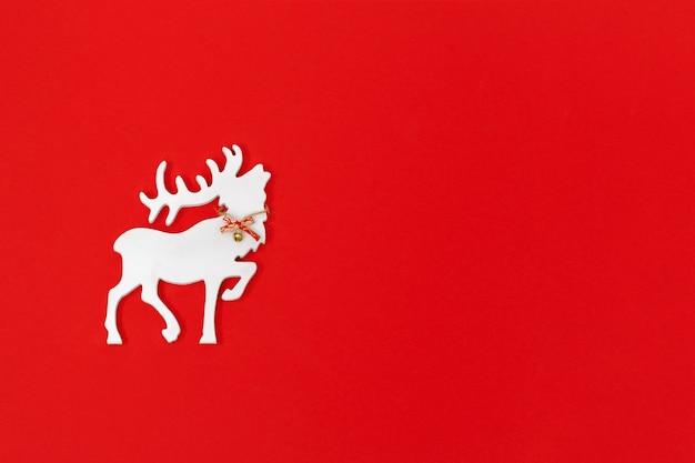 Cartão de natal com veado branco feito à mão em vermelho