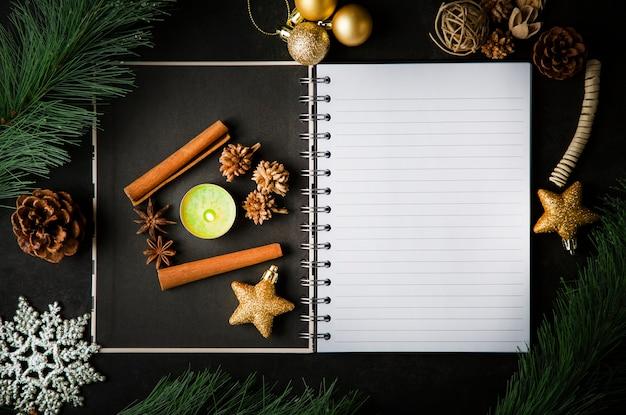 Cartão de natal de férias e notas de livro aberto em branco vintage na mesa escura