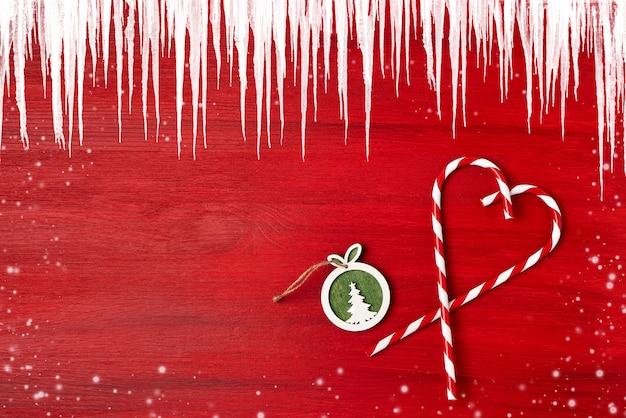 Cartão de natal decoração de natal na copyspace vermelho, vista superior.