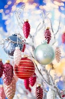 Cartão de natal. decoração do cone em bokeh de fundo. conceito de ano novo. copie o espaço. postura plana. vista do topo.