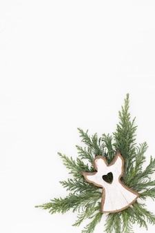 Cartão de natal. decoração em fundo branco de madeira. conceito de ano novo. copie o espaço. postura plana. vista do topo.