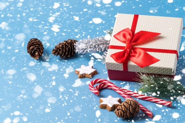 Cartão de natal e ano novo em fundo azul.