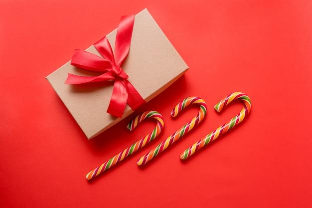 Cartão de natal e ano novo em fundo vermelho.