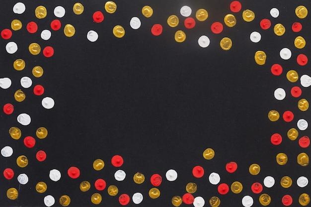 Cartão de natal em quadro negro com pontos coloridos