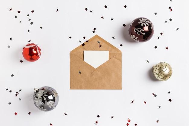 Cartão de natal envelope envelope decoração composição bolas glitter estrelas