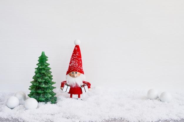 Cartão de natal fundo de gnomo de papai noel com decoração de natal e neve. símbolo de natal