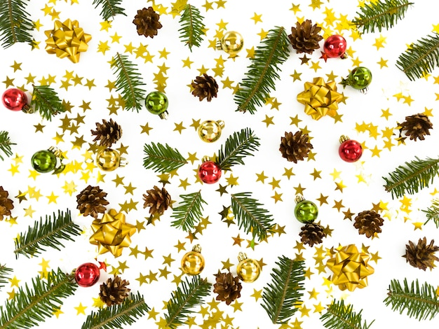 Cartão de natal. galhos de árvores de abeto espalhados, bugigangas, estrelas, cones e arcos. cama plana de férias de inverno simples.