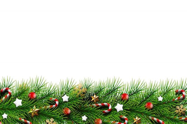 Cartão de natal, galhos verdes de uma árvore de natal, decorada com bolas, estrelas, doces e flocos de neve