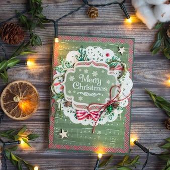 Cartão de natal handmade no fundo de madeira no estilo flatlay
