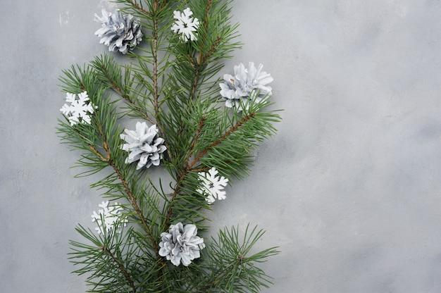 Cartão de natal plana leigos com galhos de árvores de abeto e flocos de neve