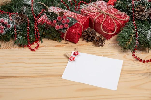 Cartão de natal vazio em uma mesa de madeira