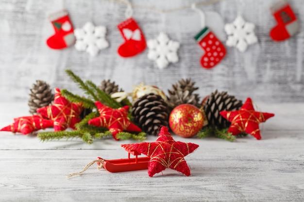 Cartão de natal vintage com decorações de natal na mesa de madeira rústica