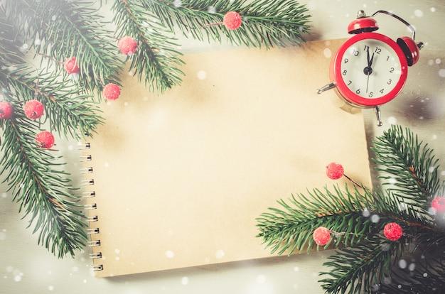 Cartão de natal vintage com notebook e relógio.