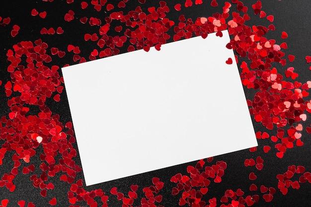 Cartão de nota em branco branco com confetes em forma de coração