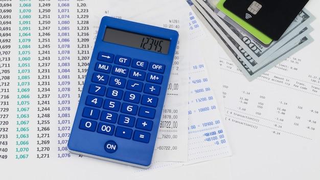 Cartão de pagamento e calculadora em cima do recibo do supermercado. conceito de compras e pagamento