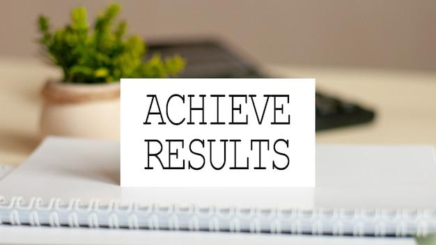 Cartão de papel branco com o texto alcançar resultados na calculadora