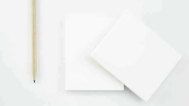 Cartão de papel branco de negócios sobre fundo branco