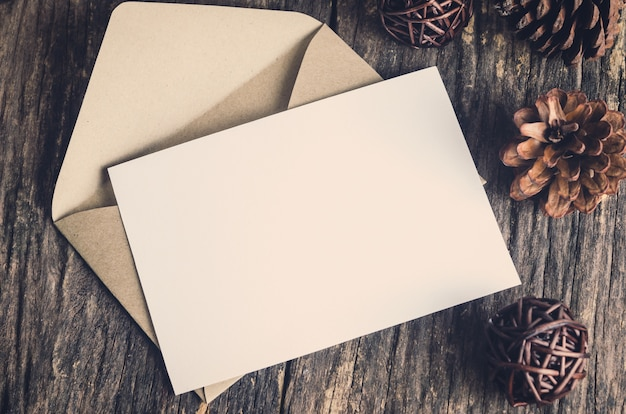 Cartão de papel branco em branco com envelope marrom