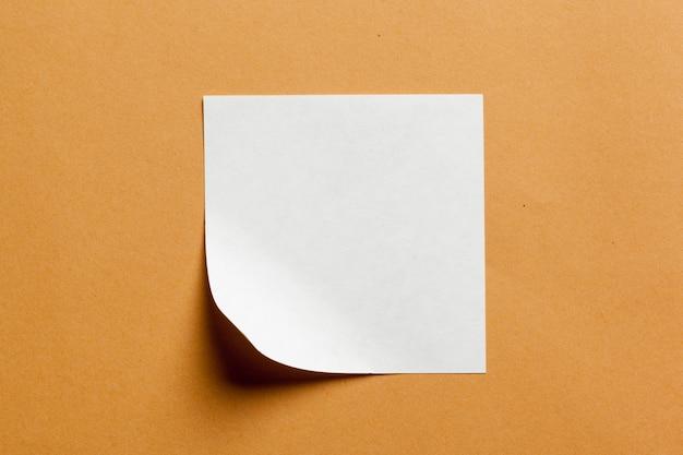 Cartão de papel branco em fundo laranja