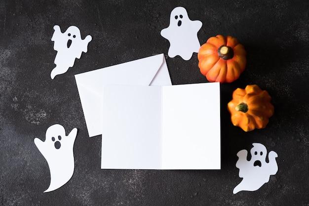 Cartão de papel em branco com fantasmas fofos em modelo de fundo escuro para o dia das bruxas