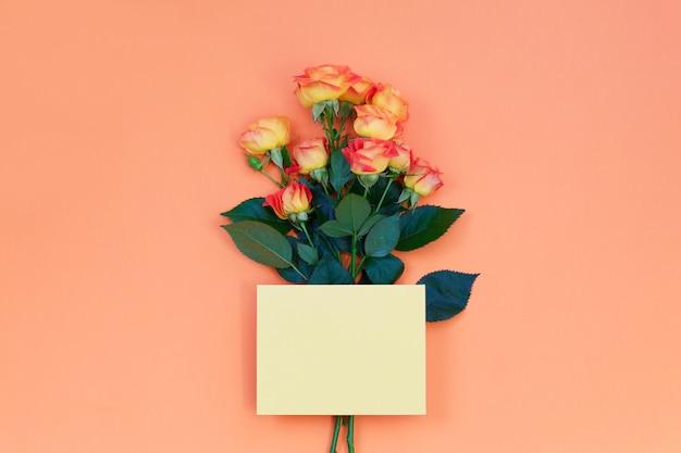 Cartão de papel em branco-de-rosa para o dia dos namorados ou mãe mulher