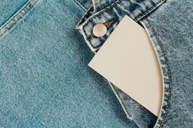Cartão de papel no bolso da calça jeans em roupas jeans