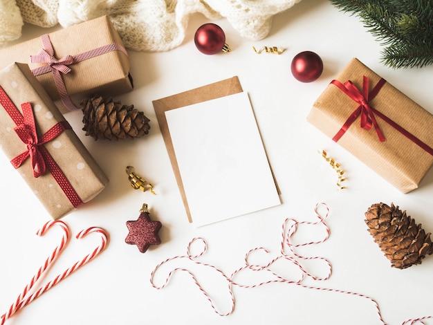 Cartão de papel para carta, envelope e decoração de natal. postura plana para feliz natal ou feliz ano novo. vista do topo. copie o espaço