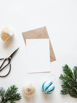 Cartão de papel para carta, envelope e decoração de natal. vista do topo.