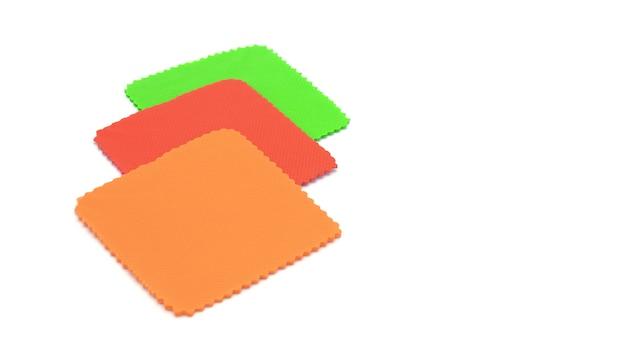 Cartão de papel quadrado em branco vermelho, verde e laranja isolado no branco