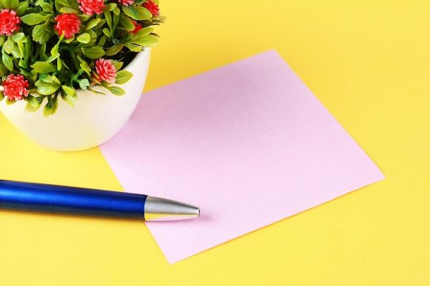 Cartão de papel vazio com caneta