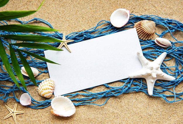Cartão de papel vazio na areia da praia
